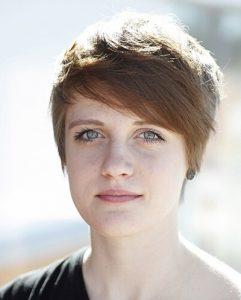 Charliene Kiffer. Ung kvinna med kort mörkt hår.