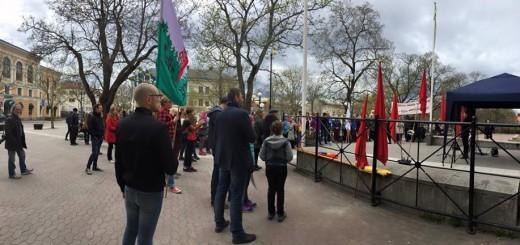 Åhörare som lyssnar på 1 maj-talare i ett kylslaget Hudiksvall.