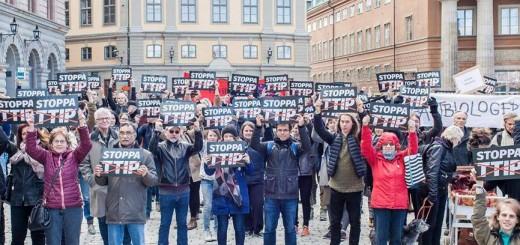 Människor demonstrerar mot TTIP genom att hålla upp skyltar och plakat. Från tidigare demonstration mot TTIP.
